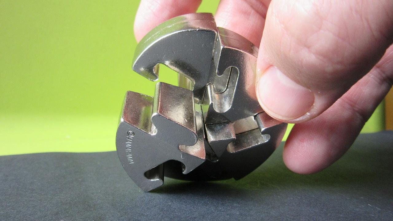 Un puzzle en métal